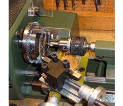 Reparatieatelier Klokhuis restaureert het uurwerk onder andere door versleten onderdelen te repareren en het geheel schoon te maken en te olieën.